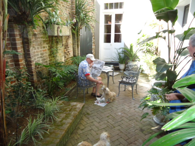 A progressive dinner party in three french quarter for Small french courtyard gardens