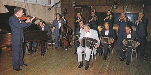 Carlos Lazzari, Miguel Varvallo, Julio Esbres, Hector Silva (bandoneon), Raul Latorre, Raul Rodriguez, Jose Votti, Emilio Gonzalez (violin), Osvaldo Cambon (piano), and Hector Gury (contrabass)